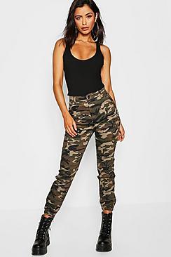 Se  Camo Print Elasticated Hem Cargo Trousers ved Boohoo.com