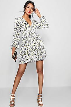 Se  Ruched Waist Floral Tea Dress ved Boohoo.com