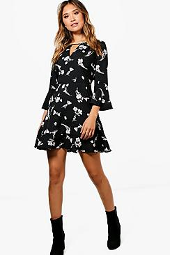 Se  Floral Ruffle Tea Dress ved Boohoo.com