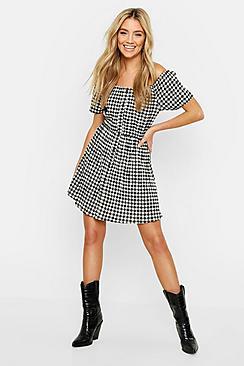 Se  Off The Shoulder Gingham Button Skater Dress ved Boohoo.com