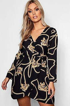 Se  Plus Chain Printed Wrap Dress ved Boohoo.com