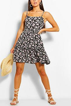 Se  Floral Print Strappy Tiered Swing Dress ved Boohoo.com